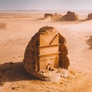 Каср аль-Фарид - одинокий замок в пустыне: кто и как мог высечь это чудо в скале