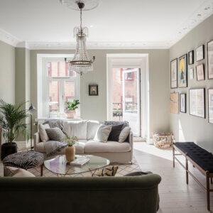 Уютная квартира с оливковыми стенами, винтажной мебелью и галереей из постеров || 01