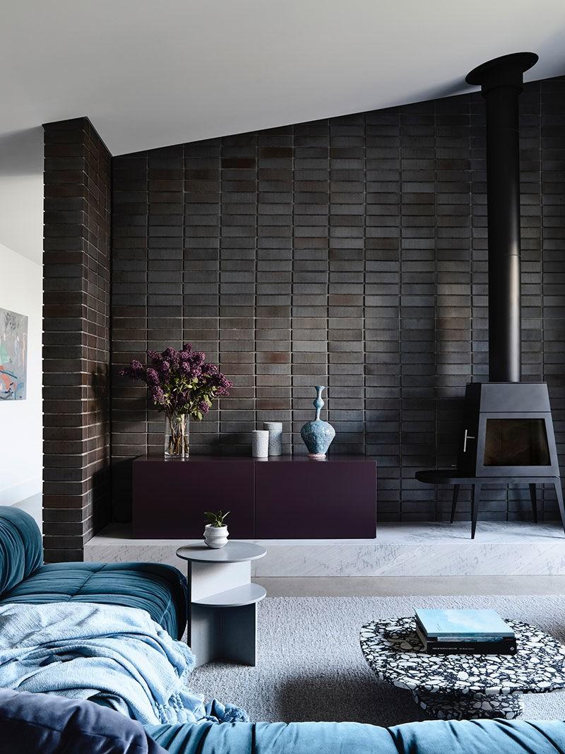Сине-белый интерьер с черной кирпичной стеной для дизайнера в Мельбурне    01